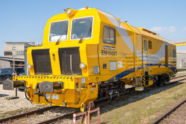 Two new machines were presented that went into operation at ÖBB in 2019 - a universal tamping machine and a track recording car.