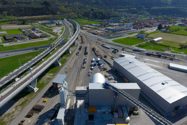 Tras la puesta en servicio del túnel de base de San Gotardo en Suiza, el mundo ferroviario europeo observa con gran interés los progresos en la construcción de los dos tubos del Monte Ceneri. Foto © AlpTransit Gotthard AG
