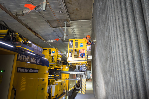 Esta máquina permite un trabajo seguro, ergonómico, eficiente y económico en cualquier parte de la catenaria de líneas de ferrocarril electrificadas.