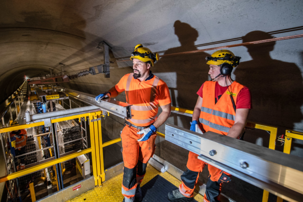 Siete montadores por turno instalan el carril de contacto en el techo en tramos de 12 metros. Foto © AlpTransit Gotthard AG