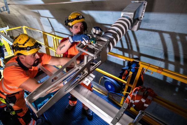 Las condiciones de trabajo con la HTW 100 E³ son óptimas - el accionamiento eléctrico reduce el ruido y elimina las emisiones de CO2 durante el trabajo. Foto © AlpTransit Gotthard AG