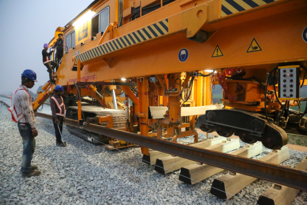 The track laying machine places the sleepers at precise spacing. The laying output achieved during use in India is 10 to 12 sleepers per minute.