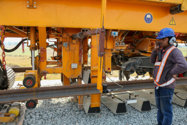 A reference wire is used for guiding the track laying machine and for the precise positioning of the sleepers.