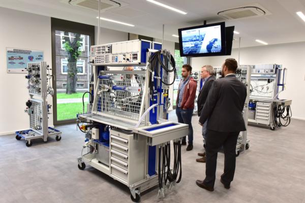 El nuevo centro de entrenamiento de Bosch Rexroth alojado en el edificio de formación está equipado con herramientas de última generación y componentes industriales originales para la formación práctica.