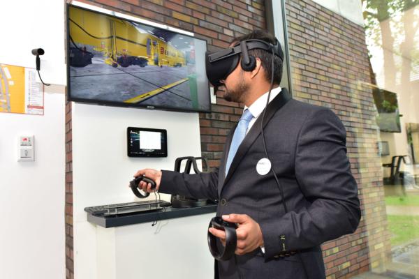 Rahul Rao Kanuparthi hizo una demostración a los invitados a la inauguración del aprendizaje mediante realidad virtual 3D con gafas VR.