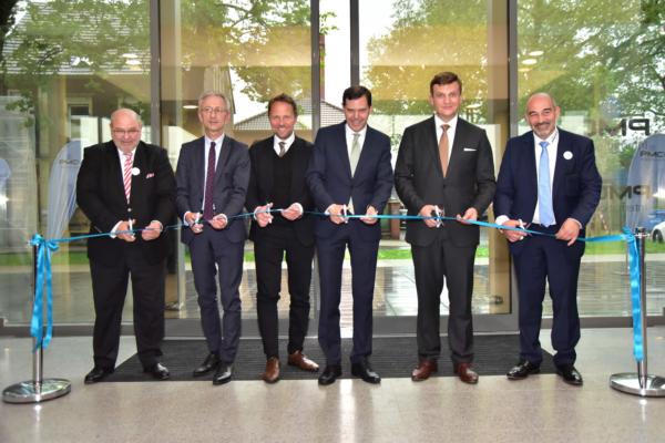 Inauguración oficial del centro de formación de Opladen con el donante Johannes Max-Theurer (2º por la dcha.) y Antonio Intini, director de PMC Rail International Academy (dcha.).