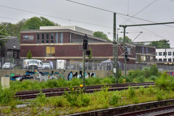 Esta es la vista desde el andén del nuevo centro de formación que disfrutan los visitantes que llegan a Opladen en tren.