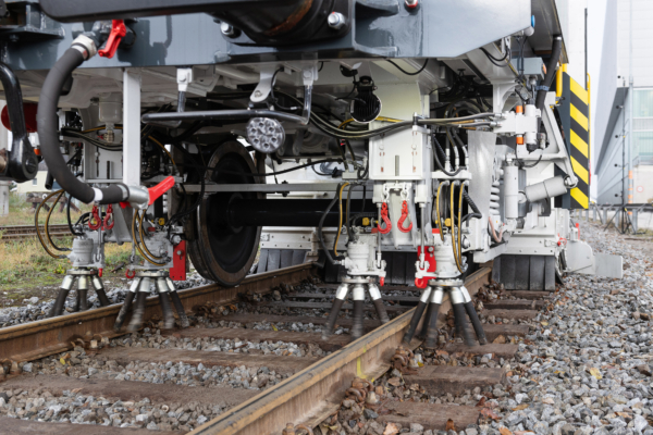 The rotating rail fastening brushes are used to remove ballast stones lodged between rail and fastening.
