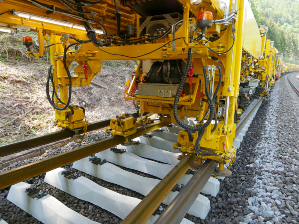 The RUS 1000 S replaces rails and sleepers during a single pass while simultaneously cleaning the ballast.