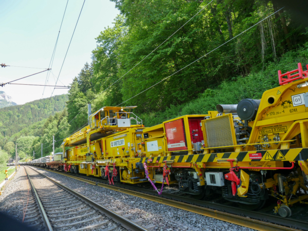 Gantry cranes transport old and new sleepers to and from the worksite. The sleeper cars are equipped with a newly developed derailment protection system to ensure safe work sequences.