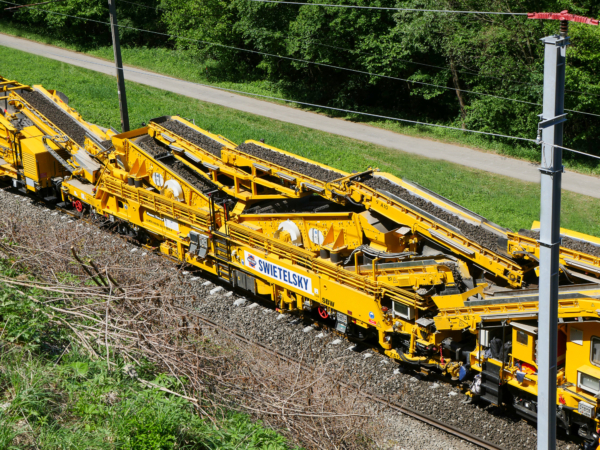 The ballast is taken to a high-capacity double screening unit for cleaning.