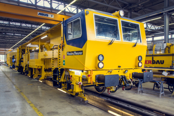 After retrofitting, the machine looks brand new in its new Plasser & Theurer design.