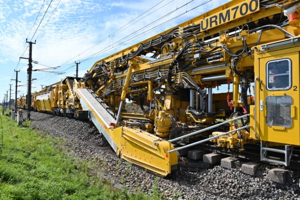 A URM 700-2 mantendo dois AMVs (EW1200) incluindo um trecho de 300 m de via na principal linha oeste.