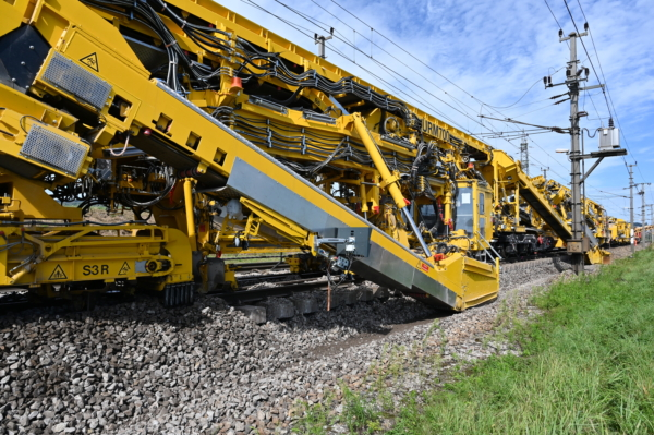The URM 700-2 maintaining two turnouts (EW1200) including a 300 m section of track on the western main line.