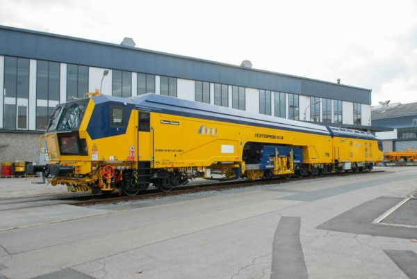 DGU is the first company in Germany to employ the newly designed continuous-action, 3-sleeper high-capacity tamping machine