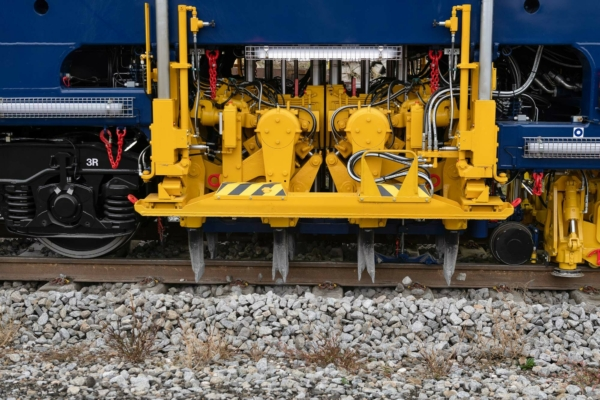 On average, there are 30 to 40 % increases in output compared to continuous action, 2-sleeper tamping machines