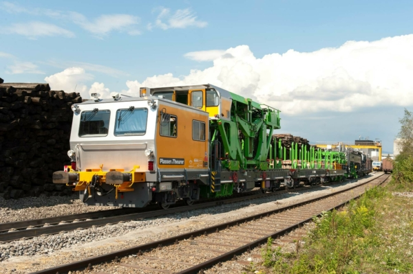 The transport wagon, pictured at the front, has a crew cab. The wagon houses the gantry unit unit for transporting sleepers within the machine.