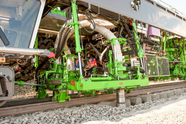 After the site has been prepared manually, the SES 170 suction units clear away the ballast surrounding the sleepers. Now it is possible to move them.