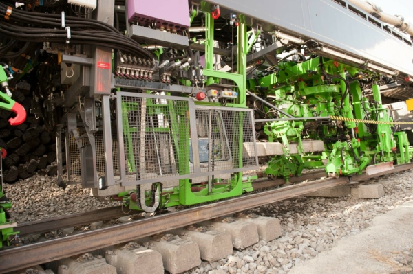 By rotating the sleepers below the rails, it was possible to build a much more compact machine