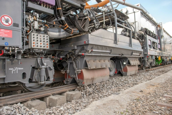 Now, the ballast hopper supplies the correct quantity of ballast. The ballast is then stabilised.