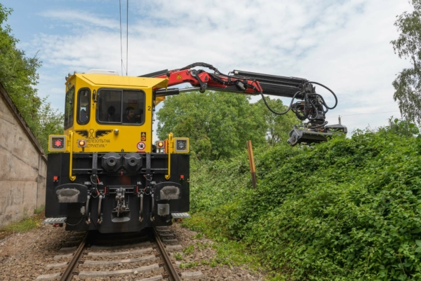 The OBW 100 is a multipurpose vehicle that performs ancillary work on railway infrastructure