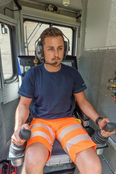 The rotating crane cab also houses a second driver's desk